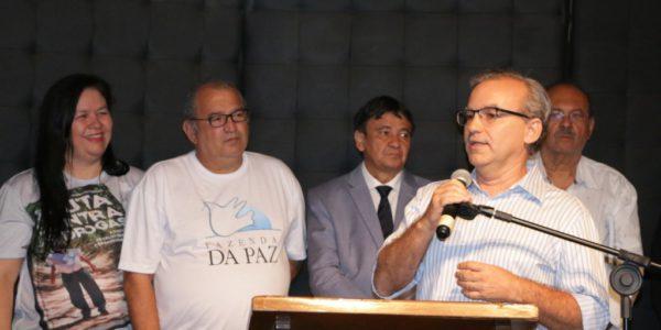 Prefeito participa de lançamento de livro sobre história de Célio Barbosa e Fazenda da Paz